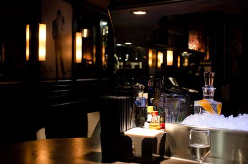 Schwarze-Weiß-Bar: Blick nach Hinten