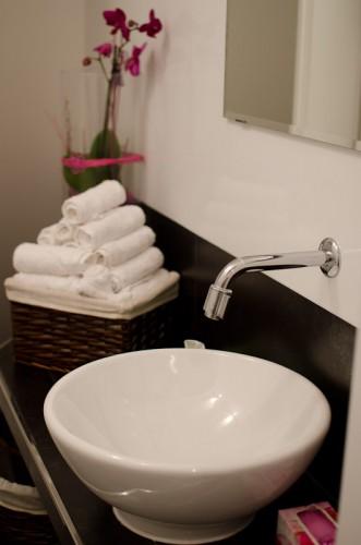 Schwarze-Weiß-Bar: Waschbecken