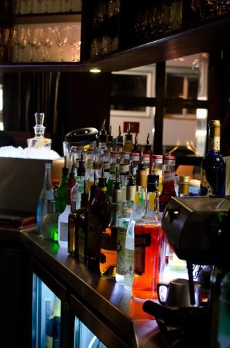 Schwarze-Weiß-Bar: Rechter Tresen mit Spirituosen