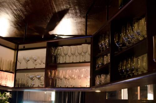 Schwarze-Weiß-Bar: Gläserauswahl