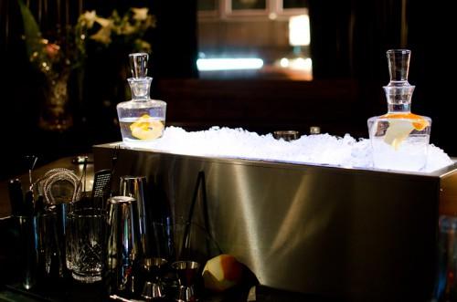 Schwarze-Weiß-Bar: Arbeitsfläche + Eiswanne