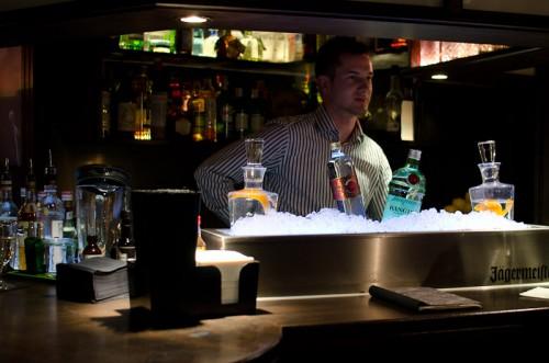 Schwarze-Weiß-Bar: Blick auf den Tresen vom Eingang