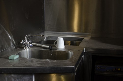 Schwarze-Weiss-Bar: Neues Waschbecken, Eiswannen und Wandverkleidung