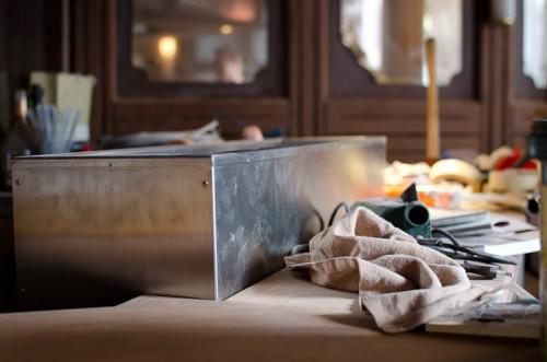 Schwarze-Weiss-Bar: Eiswanne auf dem Tresen