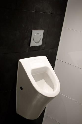 Schwarze-Weiss-Bar: Neue Toilettenräume