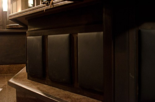 Schwarze-Weiss-Bar: Lackiertes Holz + Polsterelemente